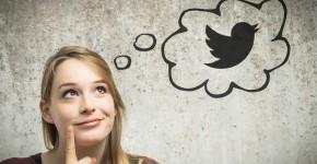 Frau macht sich Gedanken über ihr Social Media Profil bei Twitter